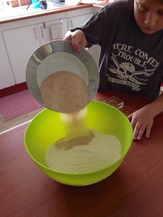 Mezclar 3,5 tazas de harina y 1 taza de harina de trigo integral