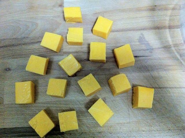 Cortar los 300gr de queso en cuadraditos cheedar