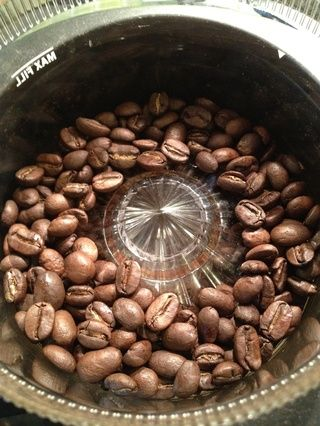 Moler el café, preferiblemente con un molinillo cónico.