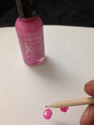 Siguiente agarrar su color rosa claro y aplique su palillo para recoger un poco de color. Estoy utilizando Bubblegum Pink por Sally Hansen.