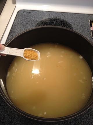 Añadir gránulos de caldo de pollo.