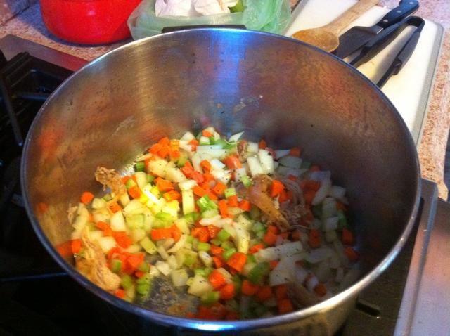 Agregue la cebolla en dados, las zanahorias y el apio a la olla. Cocine hasta que comienza a ablandar. Agregue el resto de la sal y la pimienta, el tomillo y la cúrcuma.