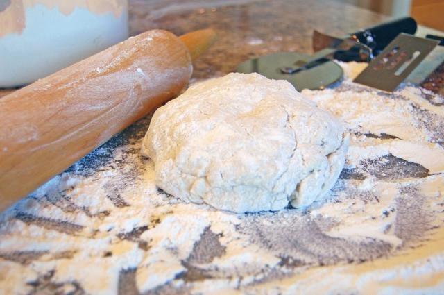 Mientras el pollo se cuece, hacer las albóndigas. Combine todos los ingredientes secos en un tazón, y corte en la mantequilla hasta que el tamaño de guisantes pequeños. Añadir la leche y revuelva suavemente hasta que la masa se reúne en una bola.