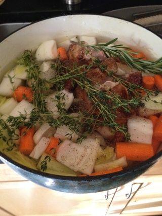 Añadir sal, pimienta y hierbas. Ponga en la estufa y llevar a ebullición. Reducir a fuego lento y revolver de vez en cuando por lo menos una hora, ya agregará más sabor.