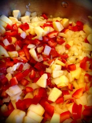 Mezclar en manzanas, pimientos, jalapeños (y). Cocine por unos minutos.