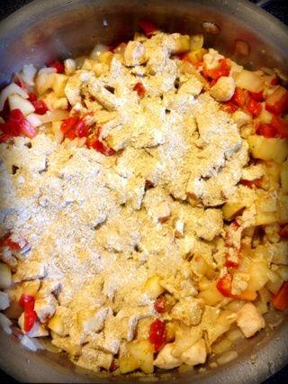 Agregue la harina y el curry mezcla. Revuelva alrededor de dos minutos.