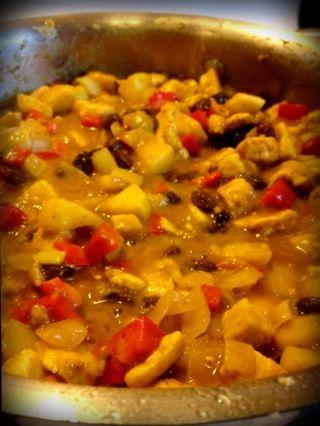 Vierta el caldo y las pasas. Remover. Reduce el fuego a bajo y cocine a fuego lento durante 20 minutos para mezclar los sabores (por el tiempo que se necesita para cocinar el arroz basmati).