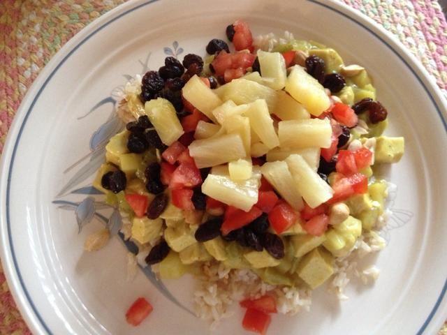 Servir con arroz blanco cocido. Cubra con cubitos de tomate, pasas, maní y piña Disfrute !!