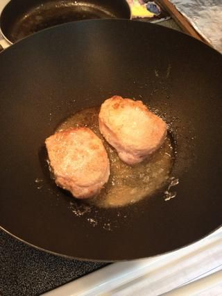 Chuletas de cerdo de tirón y marrón otro lado. Recuerde, usted está agregando un poco de color y sabor a las chuletas, no cocinar todo el camino a través.