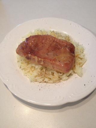 Coloque las chuletas de cerdo sobre una cama de arroz cocido y verter la salsa sobre ambos. Espolvorear con sal y pimienta al gusto. Servir y disfrutar!