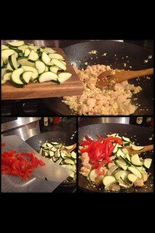 Cuando el pollo esté casi cocido, puesto en el calabacín y pimientos.
