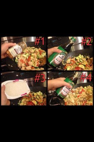 Poner en un montón de condimentos, poner en un montón de salsa de soja, revuelo, puesto en todo el arroz, revolver, poner en un poco de salsa de soja, remover.
