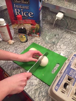 Picar las cebollas.