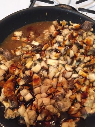 Añadir la salsa de soja dulce, sal y pimienta, y el caldo de pollo. Cocine hasta que la salsa reducir y dejar a un lado.