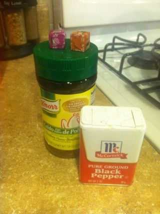 Añadir la sal, la pimienta y el condimento en la olla.