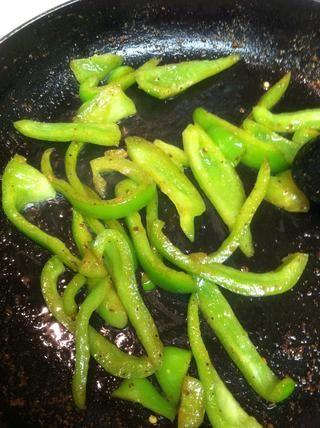 Ahora agregue el pimiento verde a la misma sartén el pollo se cocina en