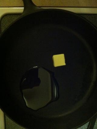 Caliente el aceite y uno cucharadas de mantequilla en una sartén a fuego medio. Yo prefiero usar hierro fundido :)