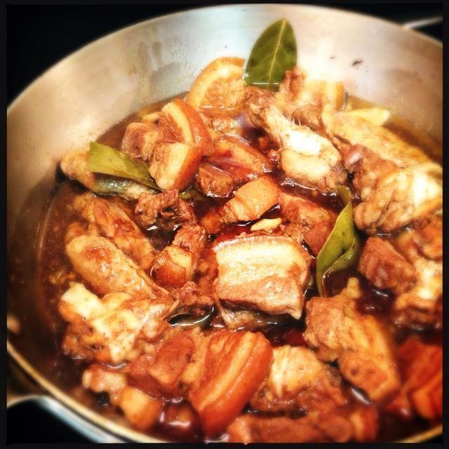 Retire la tapa y cocine a fuego lento durante 15 minutos más para reducir la salsa
