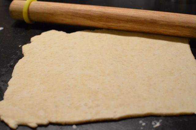En un tazón grande, combine la harina, polvo de hornear, la sal, la mantequilla y la leche fría. Formar una bola, lanzar.