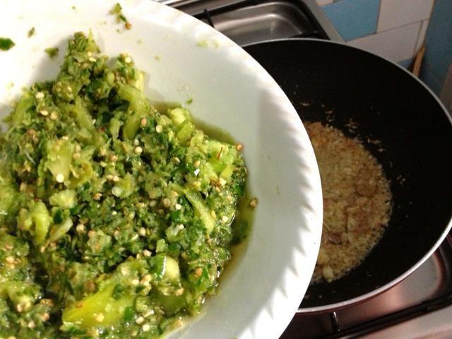 Añadir a la olla, la mezcla de chiles verdes. Cocine durante 0,5 mnt solamente, no demasiado largo