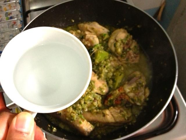 Añadir en 150-175ml de agua. Calor reducida. Cocine a fuego lento durante unos 30 a 40. Cubra la cacerola en los primeros 15 mins y dejar hervir a fuego lento sin tapar hasta que el pollo absorbe totalmente el líquido. Apague el fuego