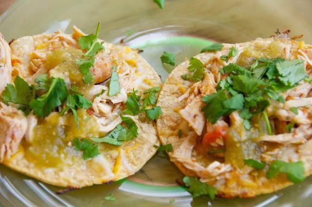 Arriba con su salsa favorita, así como algunos de cilantro fresco picado. Servir inmediatamente. Siempre se puede añadir un poco de aguacate o crema agria también! Disfrutar...