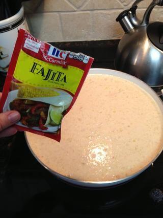 Ahora el pgk de Fajita mezclar. Batir y batir un poco más. Usted quiere dar vuelta a fuego a bajo / medio ahora y deje hervir por unos minutos. Esto es cuando la cocina se llena de deliciosos aromas.