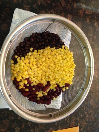 Escurra y enjuague con agua fría del maíz 1 lata, 1 lata de frijoles negros, y 1 lata de frijoles rojos.