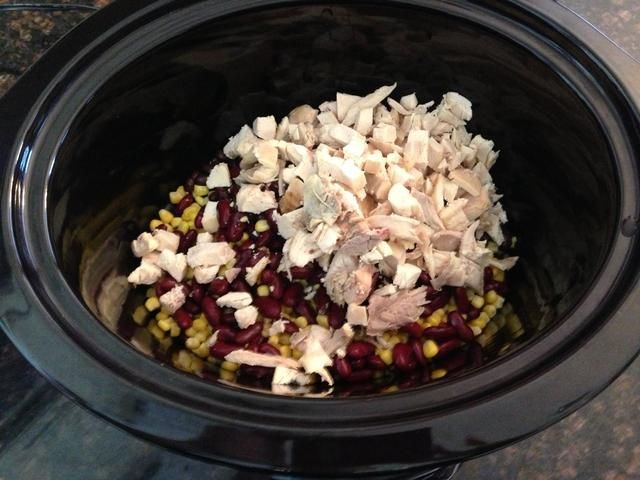 Coloque en habas crockpot, maíz y pollo picado.