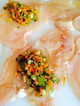 Temporada cada filete de pechuga con sal y pimienta. Rellenar con la mezcla de vegetales.