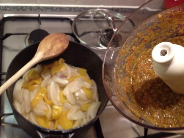 Sugerencia en la pasta y cocine por unos 5 minutos. Verter en 500 ml de agua hirviendo. Escurrir los garbanzos y añadir a la sartén con el puré de tomate, un poco de sal y pimienta. Mezclar bien.