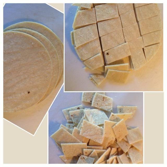 El objetivo aquí es cortar las tortillas en pedazos clasificados mordedura. Me gusta apilar em. Cortar em como el segundo pic