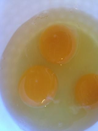Consiga sus huevos listos. Mezcle em up!