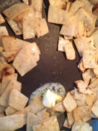 Cuando la mayoría de ellos están recibiendo bordes crujientes, abrir el centro y añadir la mantequilla.