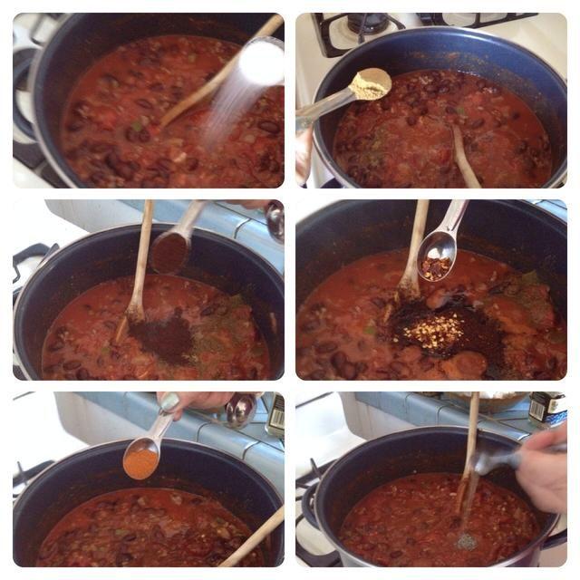 Ahora agregue las especias: sal, ajo en polvo, chile en polvo, copos de chile, comino y la pimienta. Recuerde, jugar con ellos y ajustar las medidas a su gusto.