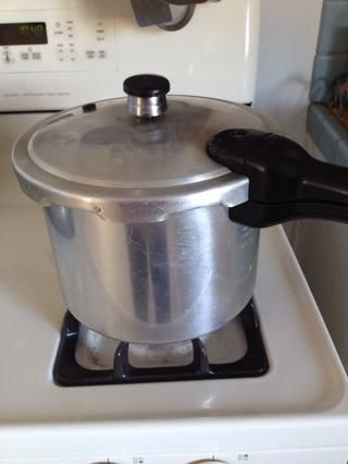 La olla a presión! Simplemente mezcle los frijoles con agua abundante y en 20-30 minutos que'll be ready.