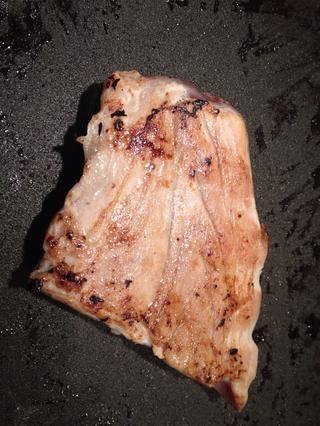 Ahora desplazarse rápidamente fríe el filete de atún por un par de minutos por cada lado. Elija atún muy fresco y mantenerlo bastante raro en el medio. Atún Dominado comienza a degustar muy sospechoso y no en el buen sentido!