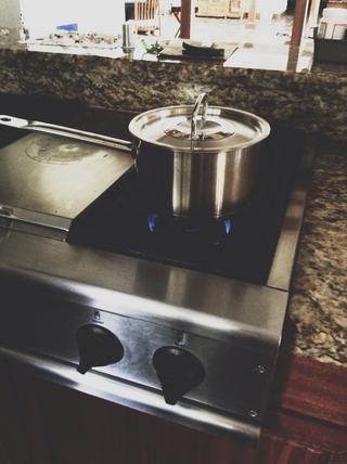 Puede alevines o hervir las albóndigas. Si les hierve, coloque una olla en la estufa en la alta temperatura. Espere hasta que el agua esté hirviendo.