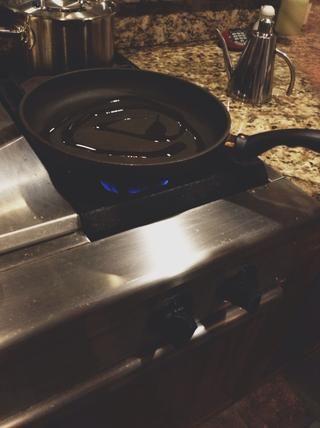 Para freír las albóndigas, establezca una sartén en la estufa de la temperatura media-alta. Puse aceite de oliva en la sartén, pero cualquier aceite está bien.