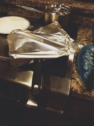 Añadir dos cucharadas de agua en la cacerola, y cubrir la sartén con papel de aluminio para que el vapor de agua hervida.