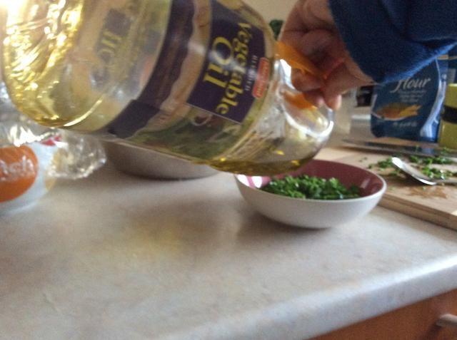Añadir el aceite de oliva a las cebolletas