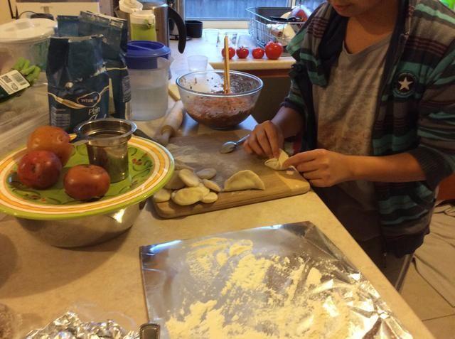 Obtener las dos puntas de la harina y empujar juntos. A continuación, obtener el borde de la harina y empujarlos fuera pupilos, a continuación, empuje suavemente juntos.