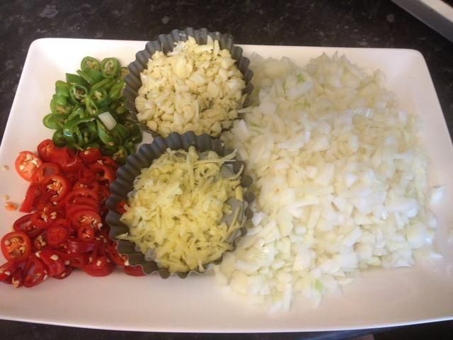 Trocea para cebolla, chiles, ajo fresco y el jengibre. Tenga cuidado en el jengibre! Si usted no está acostumbrado a cocinar con jengibre añadir un poco a la vez y el gusto solo el camino.