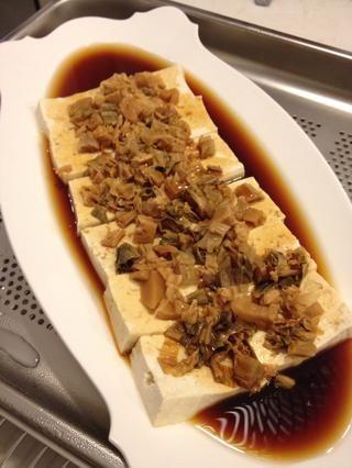 Es posible que el vapor durante un minuto más para calentar la salsa de soja. La razón para la adición de salsa de soja más tarde que al principio es lo que el won tofu't get too salty and retain it's original flavor.