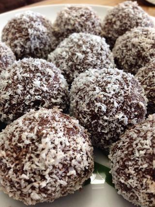 Rollo de la mezcla de trufa en pequeñas bolas y rodar en coco desecado. Refrigere hasta que esté firme y luego poner en un recipiente hermético. ¡Disfrutar! ??????