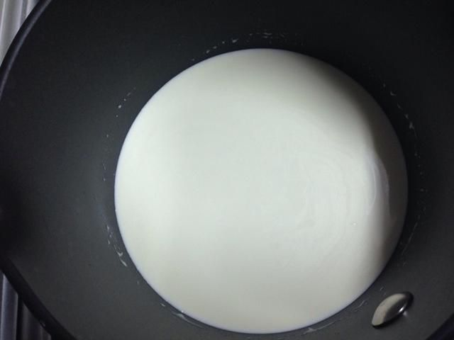 Para hacer una salsa de chocolate: añadir una taza de crema de leche en el calor
