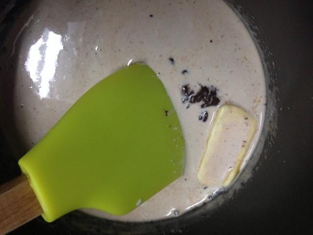 Añadir 1/4 taza de chips de chocolate y una cucharadita de mantequilla y mezclar bien