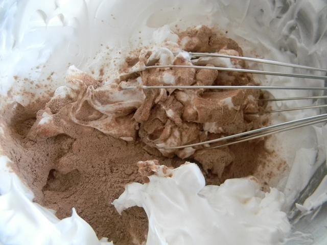 Añadir la mezcla de harina y revuelva lentamente. Lo mejor es usar una cuchara o espátula. Tome su tiempo.