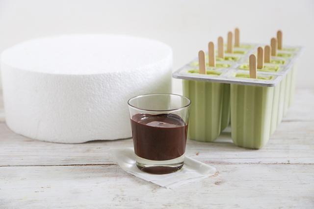Coloque el chocolate derretido en una pequeña taza. Tiene una superficie de espuma de poliestireno listo para servir como una estación de secado chocolate.