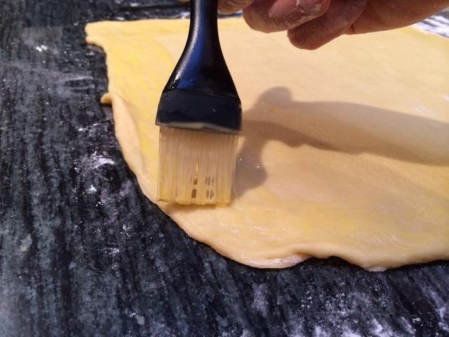 Cepille los bordes de la masa con la mezcla de huevo.